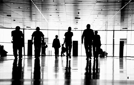 Passagers dans couloir aéroport