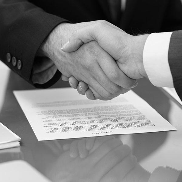 Poignée de main hommes d'affaires
