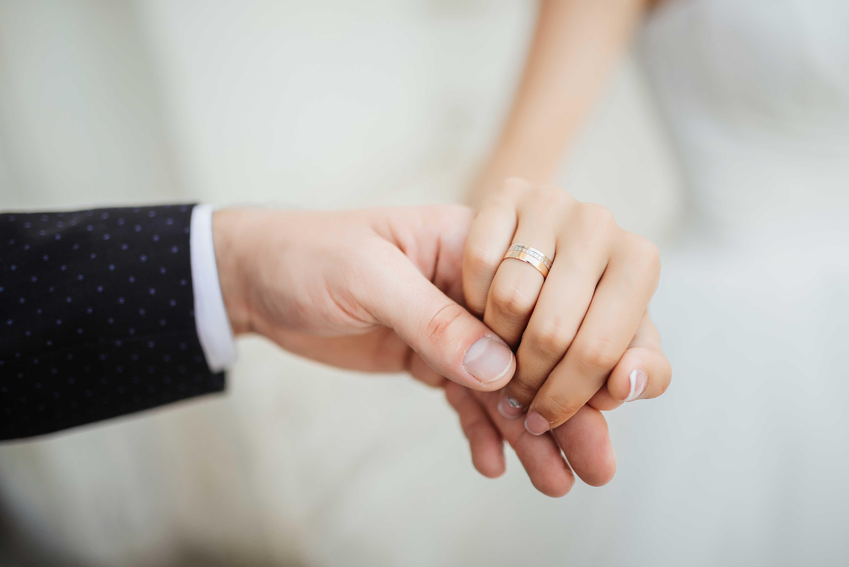 couple marié se tient la main