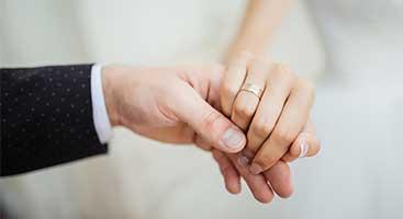 couple marié qui se tient la main