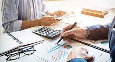 personnes et graphiques financiers